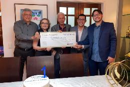 Imagem: Equipe vencedora, responsável pelas pesquisas com pele de tilápia, segurando cheque simbólico de 50 mil euros (Foto: Divulgação)