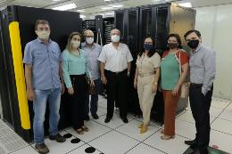 Imagem: O reitor juntamente com outros servidores, em pé, na sala-cofre da STI (Foto: Ribamar Neto/UFC)