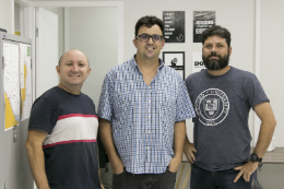 Imagem: O grupo de pesquisadores do LABOMAR, Rivelino Cavalcante, Carlos Teixeira e Luiz Ernesto Bezerra, analisa a origem das caixas surgidas na costa do Nordeste (Foto: Viktor Braga)