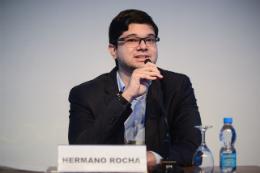 O Prof. Hermano Rocha, do Departamento de Saúde Comunitária, falando ao microfone, sentado, durante um evento (Foto: Divulgação)