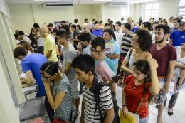 Imagem: Alunos realizam matrícula em Fortaleza - 17/01/2014 (Foto: Rafael Cavalcante)