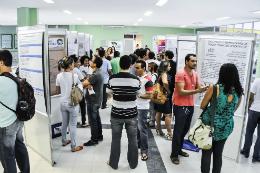 Imagem: Alunos conversando em frente a painéis durante Encontro de Práticas Docentes de 2013
