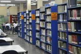 Imagem: Biblioteca com prateleiras e livros.