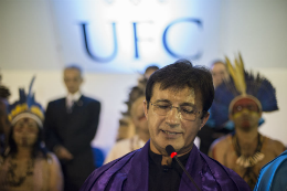 Imagem: O Prof. Custódio Almeida, Vice-Reitor no exercício da Reitoria, fez uma conclamação aos formandos (Foto: Jr. Panela/UFC)