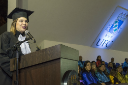 Imagem: Camila Nottingham de Lima, graduanda de Odontologia, escolhida para falar em nome de todos os formandos (Foto: Jr. Panela/UFC)