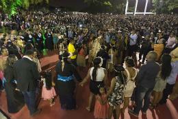 Imagem: Caciques e pajés de cada povo indígena presente integraram o cortejo que se deslocou do Salão Nobre da Reitoria até a Concha Acústica (Foto: Jr. Panela/UFC)