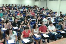 Imagem: Foto de sala com alunos sentados em carteiras