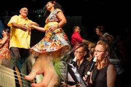 Imagem: montagem de fotos com servidores dançando, tocando violão e flauta
