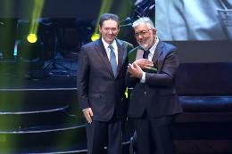 Imagem: O troféu de Descartes Gadelha foi entregue pelo empresário Ivens Dias Branco Júnior (Foto: reprodução/ TV Verdes Mares)