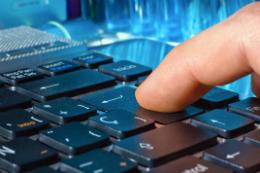 Imagem: Dedo sobre teclado de laptop