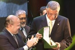 Imagem: O troféu do Prof. Odorico de Moraes foi entregue pelo prefeito Roberto Cláudio (Foto: reprodução/TV Verdes Mares)
