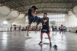Imagem de jovens praticando Muay Thai