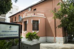 """Imagem: Foto da fachada da Casa de Cultura Francesa com placa à frente do prédio onde se lê """"Centro de Humanidades - Casa de Cultura Francesa)"""