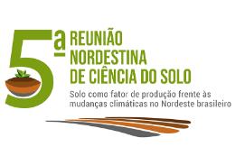 """Imagem: logomarca do evento com número """"5"""" em amanho grande e uma ilustração de um punhado de terra e uma muda de planta"""