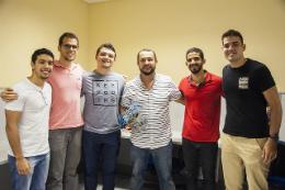 Imagem: foto de seis homens em pé