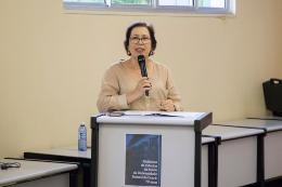 Foto da Professora Valéria Góes discursando no púlpito