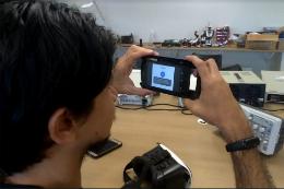 Imagem: O VREye é um aplicativo de realidade aumentada que auxilia pessoas com deficiência que tenham baixa visão, miopia ou outros tipos de dificuldades visuais (Foto: Marcelo Martins)