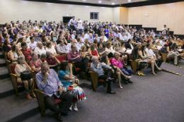 Imagem: O auditório do Conselho Regional de Medicina do Estado do Ceará ficou lotado de professores, pesquisadores e comunidade médica. (Foto: Viktor Braga/UFC)