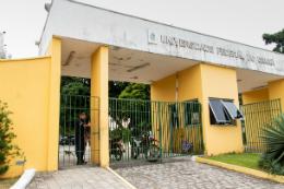 Imagem: Portão de acesso à Reitoria da UFC pela Rua Nossa Senhora dos Remédios (Foto: Ribamar Neto/UFC)
