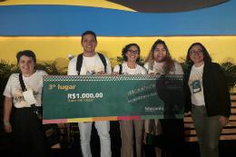 Equipe do projeto Hack do Lixo em foto posada com cinco pessoas segurando um cheque do prêmio do terceiro lugar