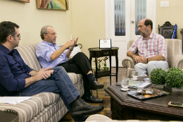 Imagem: foto de três homens sentados conversando