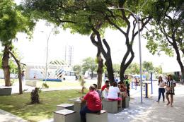 Imagem: O espaço de lazer da Praça possui área total de 3.480 m² e ganhou novo projeto paisagístico (Foto: Prefeitura de Fortaleza)