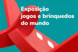 Imagem: cartaz do evento com desenho de um avião vermelho no fundo verde. Na cor branca, o nome da exposição: Jogos e brinquedos do mundo