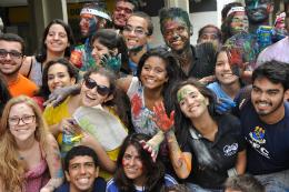 Imagem: Grupo de estudantes com rosto pintados na matrícula da UFC