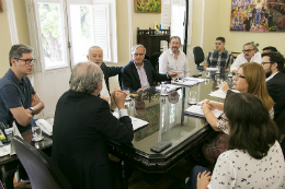 Foto da mesa de reunião no Gabinete do Reitor