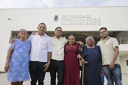 Imagem: Família do concludente Wermeson Rocha reunida em frente ao prédio da UFC em Crateús (foto: Ribamar Neto/UFC)