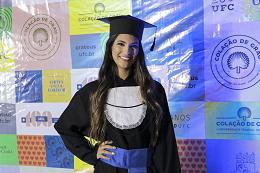Imagem: Concludente Brenda Araújo, do Curso de Engenharia Civil (Foto: Ribamar Neto/UFC)