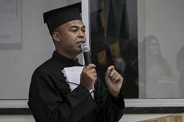 Imagem: Edmar dos Santos Júnior, orador discente da turma de formandos (Foto: Ribamar Neto/UFC)