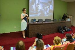 Imagem: Foto da Profª Sônia Boá falando em cima do palco
