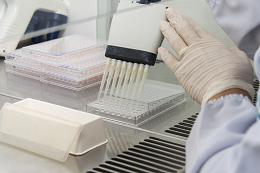 Pesquisadora usando equipamento de laboratório
