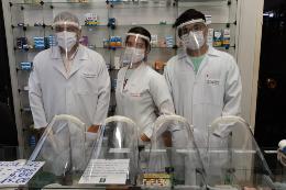Profissionais da Farmácia-Escola da UFC usam máscaras de proteção