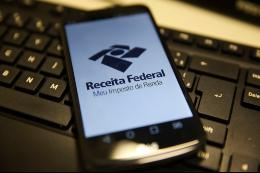 Imagem: celular com tela do app Meu Imposto de Renda