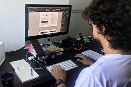 Imagem: Estudante de frente para o computador
