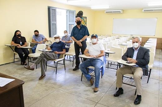 Imagem: Francisco Mesquita (de pé, ao centro) apresentou as atividades da Fazenda Experimental Vale do Curu a gestores da UFC e da UFPB. (Foto: Viktor Braga)