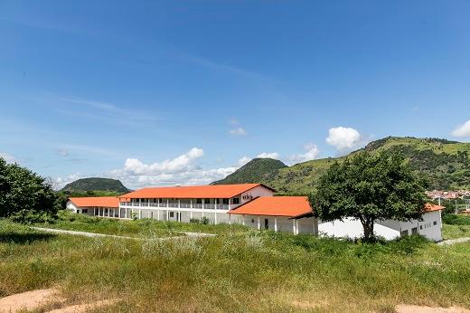 Imagem: Prédio do bloco didático e administrativo do Campus de Itapajé (Foto: Ribamar Neto/UFC)