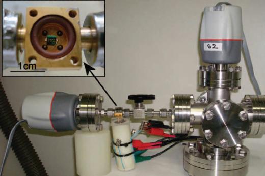 Imagem: Em detalhe, chip de silício encontrado nos reatores fabricados durante a pesquisa que originou o invento (Imagem: Divulgação)