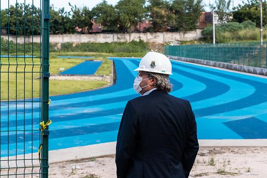Imagem: Reitor supervisiona obras da pista de atletismo do IEFES
