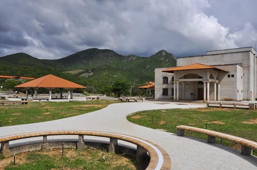 Imagem: Área de convivência e fachada do teatro do Campus de Itapajé, que leva o nome Jardins de Anita (Foto: Ribamar Neto/UFC)