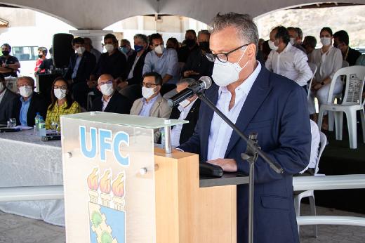 Imagem: Solenidade foi aberta com a fala do Prof. Márcio Veras Corrêa, que presidiu a comissão de instalação do campus e o assume agora na condição de diretor (Foto: Ribamar Neto/UFC)