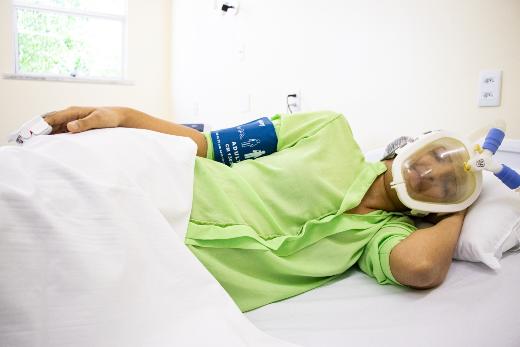 Imagem: A equipe simulou o uso da máscara com pacientes em diferentes posições no leito a fim de avaliar a praticidade do equipamento