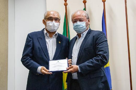 Imagem: Vice-reitor da UFC, Prof. Glauco Lobo, recebe placa de homenagem pelo primeiro transplante cardíaco do Estado (Foto: Ribamar Neto/UFC)